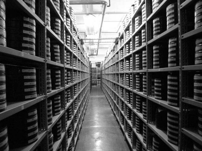 Scaffalature aperte all'interno dell'archivio film